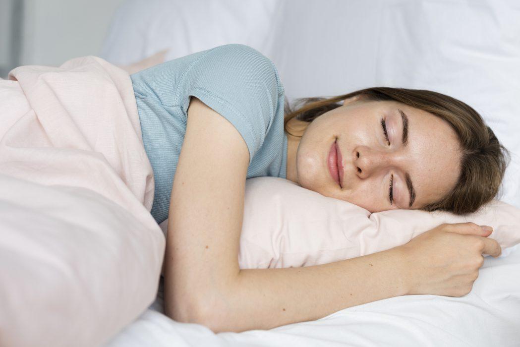photo femme qui dort pour réparer son cerveau